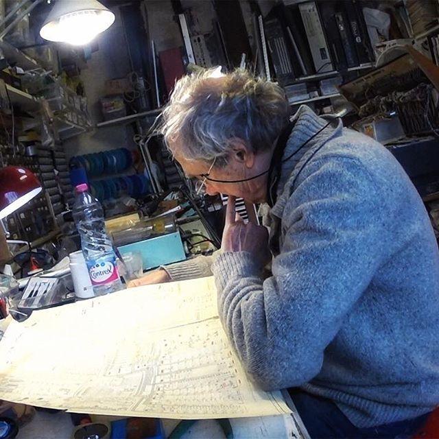 Jean-Loup Dierstein étudie les plans des ondes Martenot originales