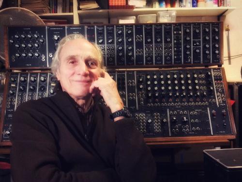 Jean-Loup Dierstein à l'atelier devant un Moog Modular System 55