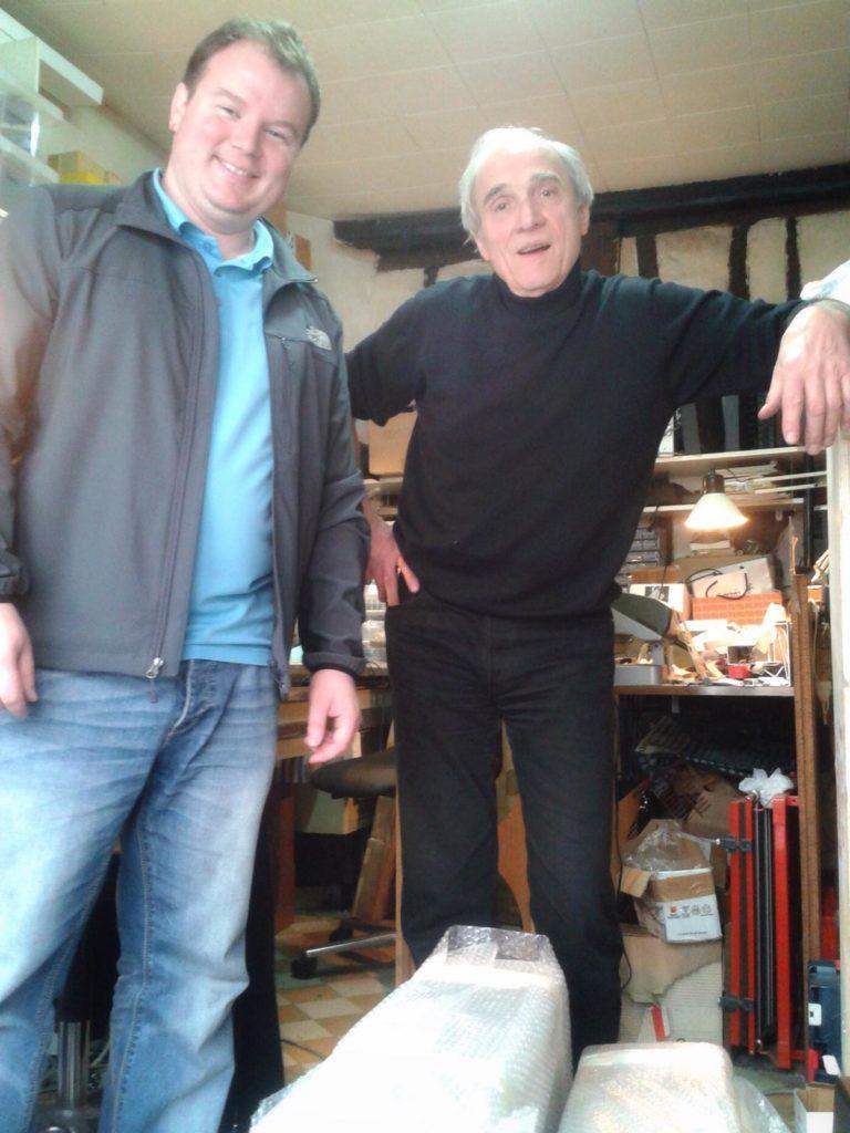 Jean-Loup Dierstein en compagnie d'un client à l'atelier